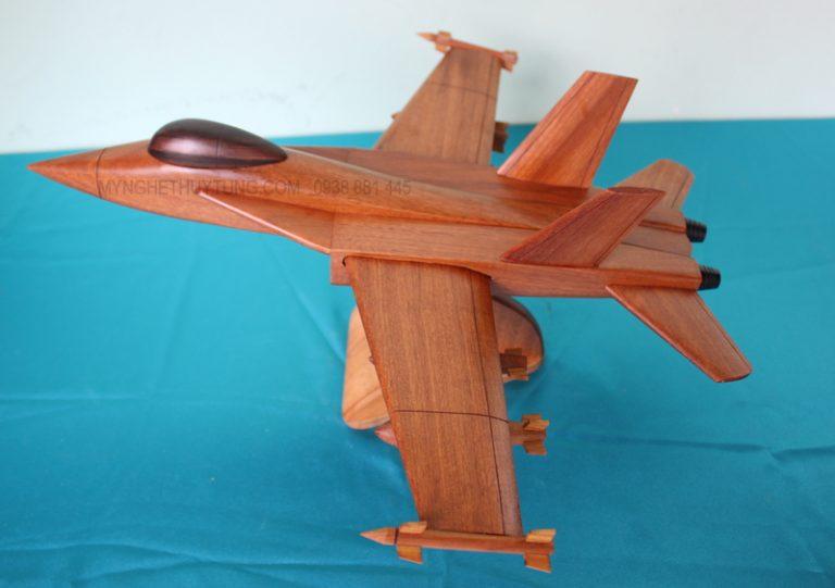 máy bay F18